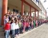 Всички пеят Химна на училището